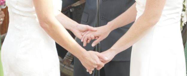 Mariage-Homosexuel-Couple-Lesbiennes-Tiennent-mains